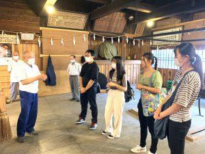 南信濃にある神社で地域住民の話を聞く参加者